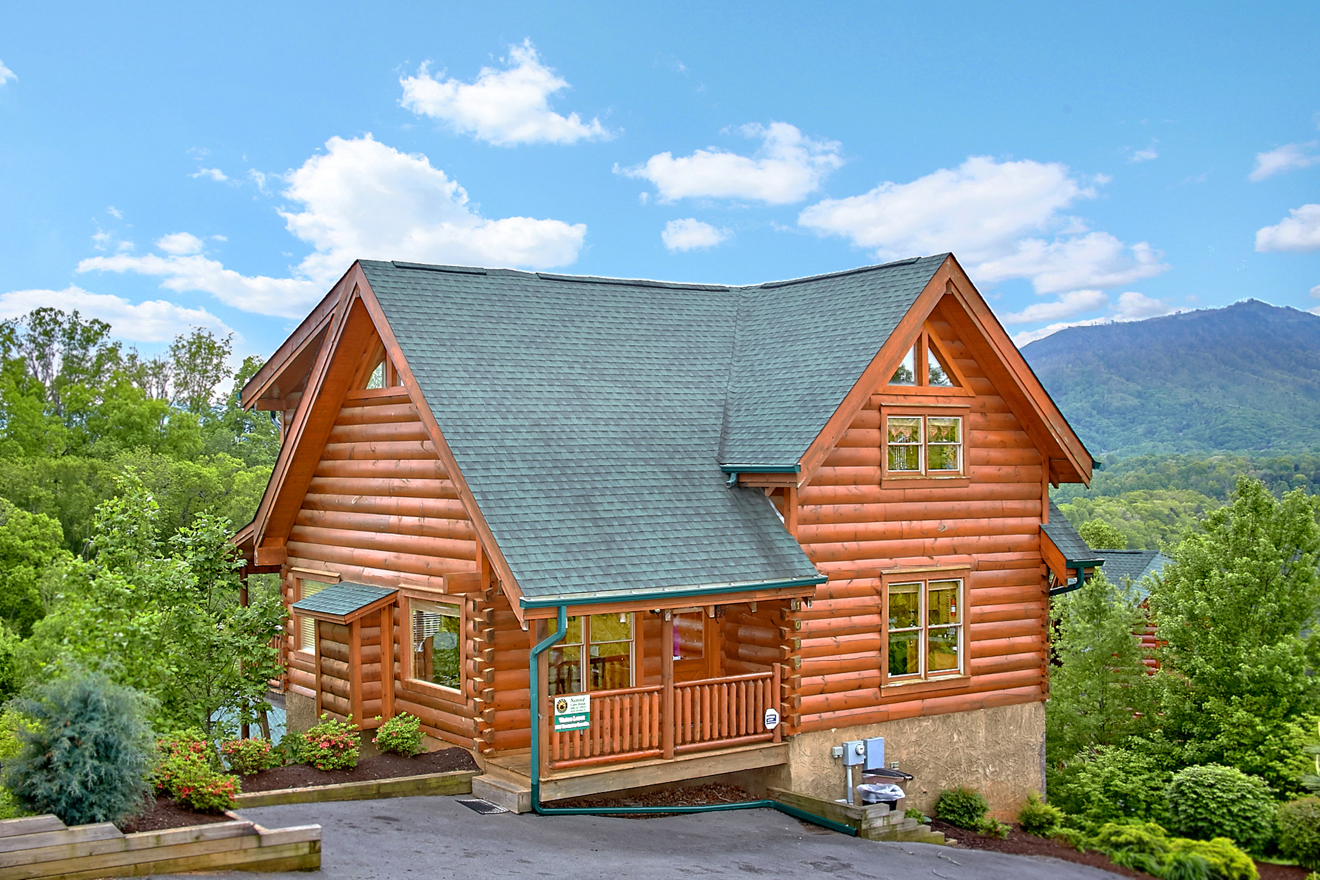 Log homes and cabins for sale in pigeon forge tn for Country mountain homes