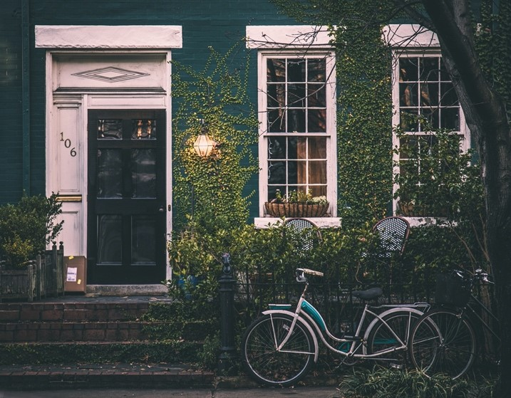Bicycles parked in front of a houseDescription automatically generated with medium confidence