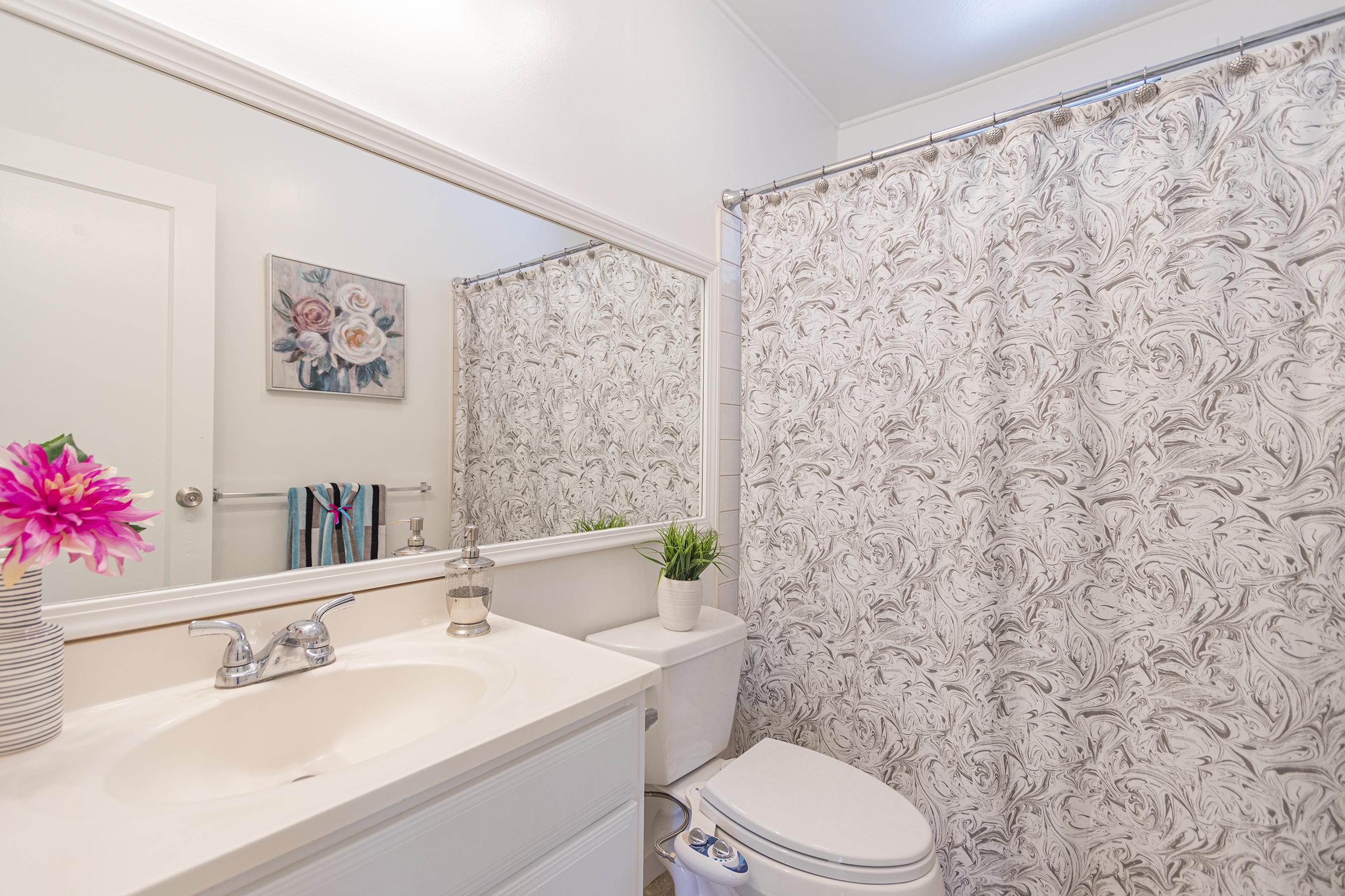 Master bathroom at 1955 9th Avenue, Honolulu 96816