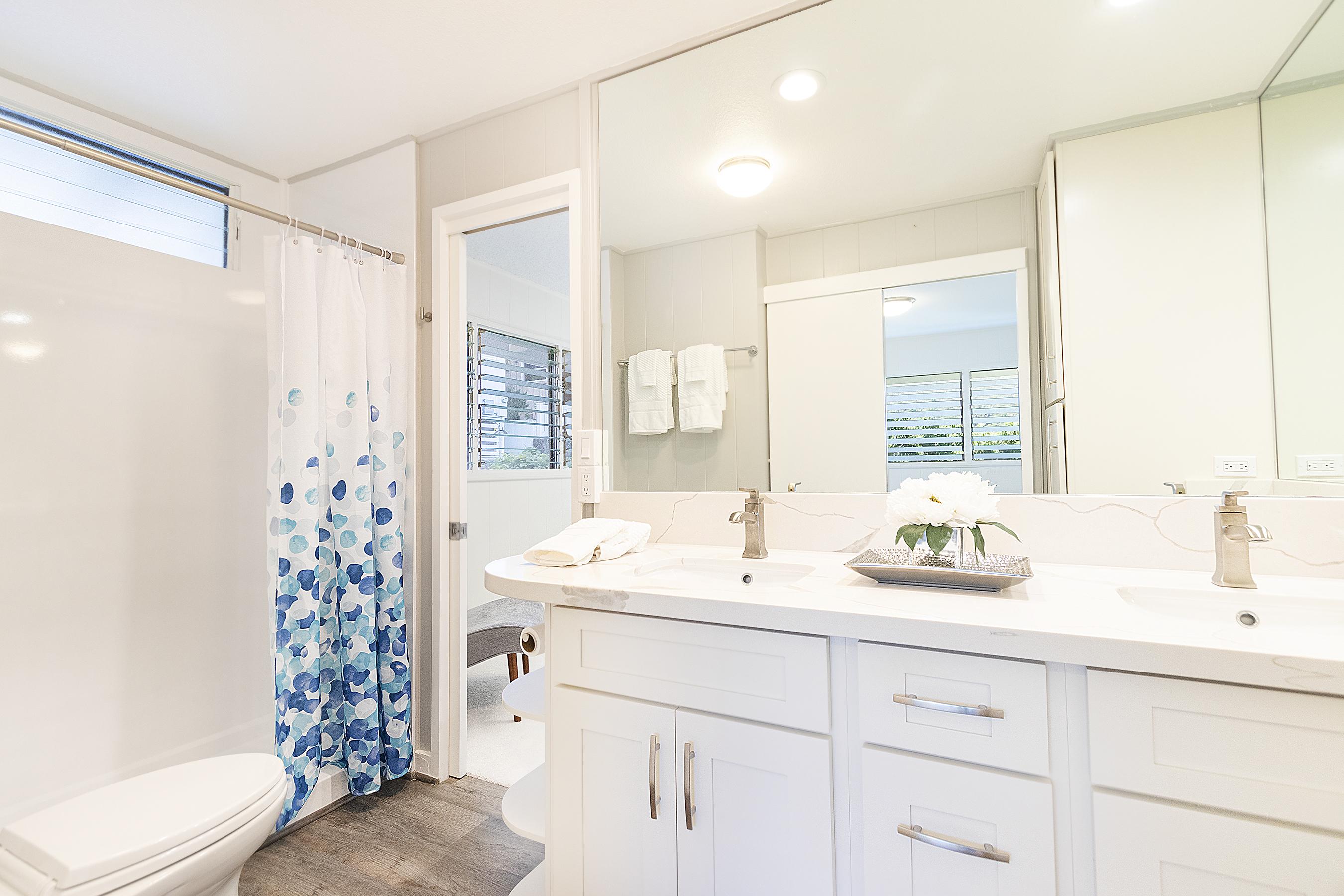 Bathroom between the two bedrooms at 380 Puiwa Road, Honolulu, HI 96817