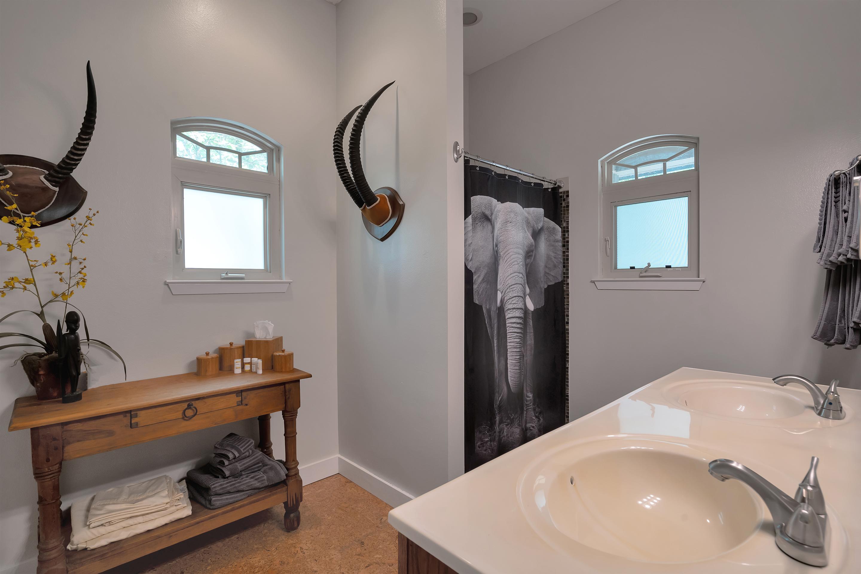 guesthouse bath/closet