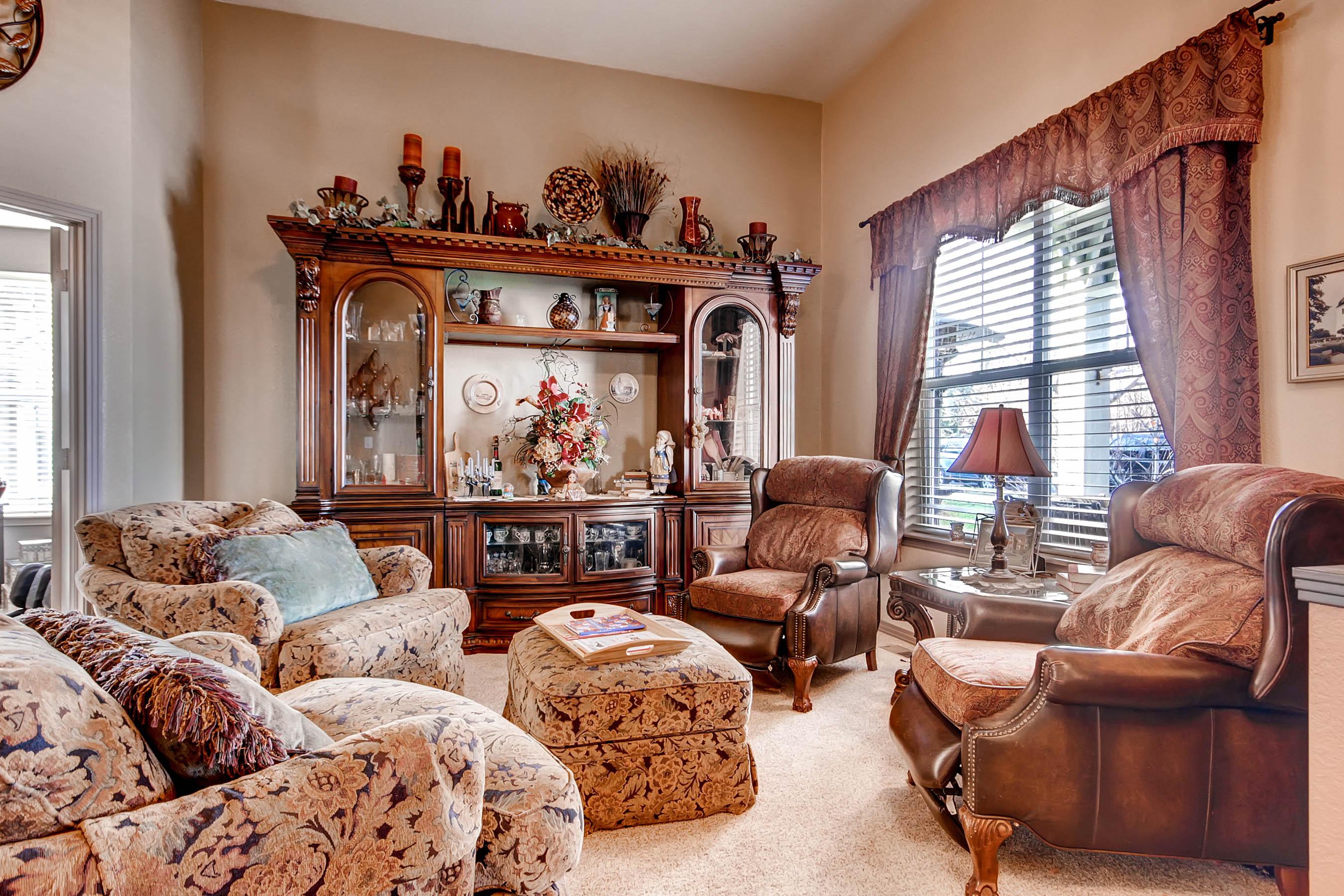 2452 McKay Landing Parkway Living Room