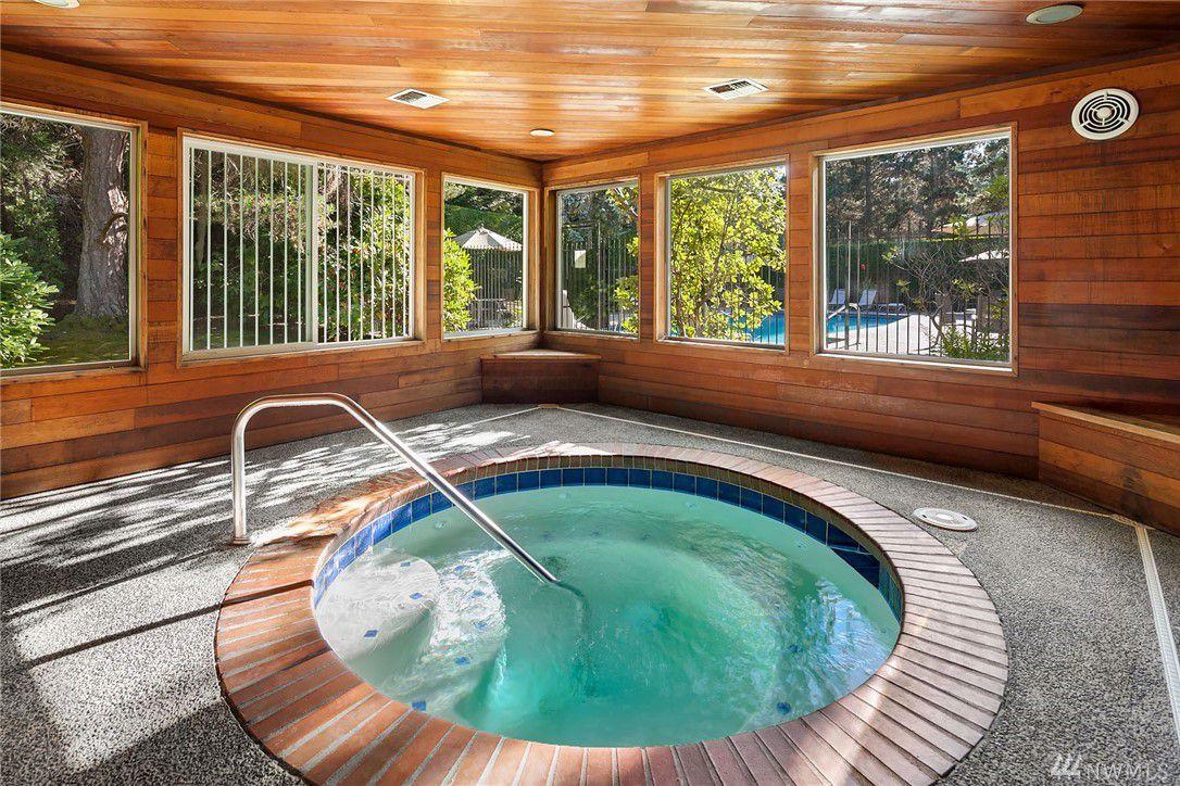 Hot tub-Kirkland Condo