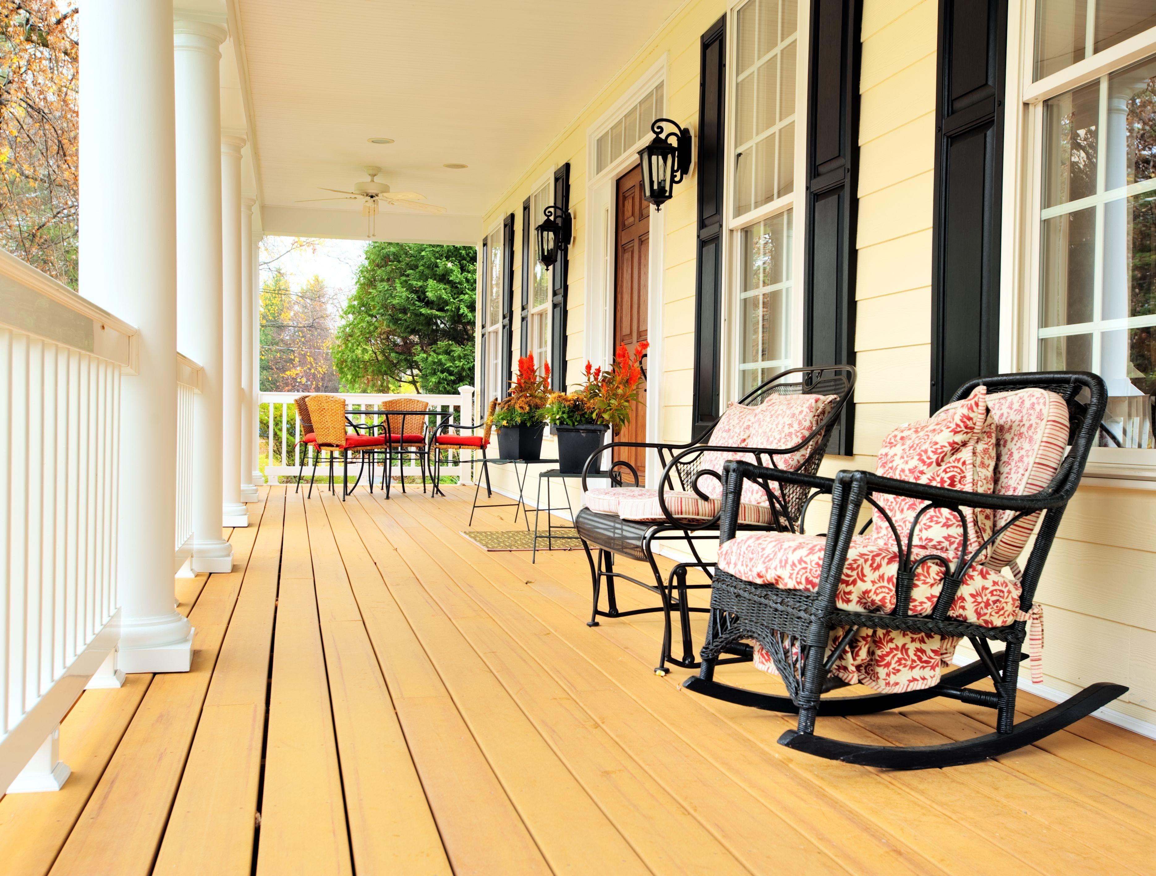 Как сделать крыльцо дома более уютным: 6 простых идей в фото.