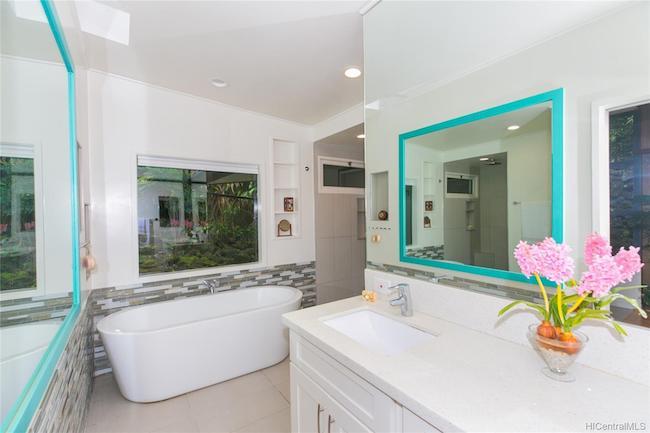 3247 Melemele Bathroom with Tub