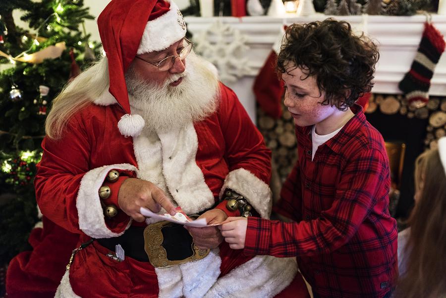 Meet Santa around Snohomish properties and take free photos.