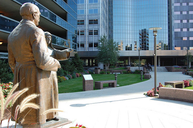 Rochester-mayo-clinic-statues