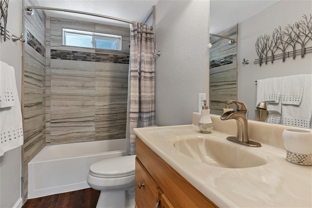 21770 Old Miners Rd, Foresthill, Ca | Hall Bathroom | Foresthill Real Estate Agent