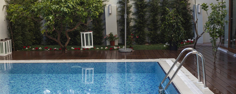 5 Things to Look For When Buying a House With a Pool