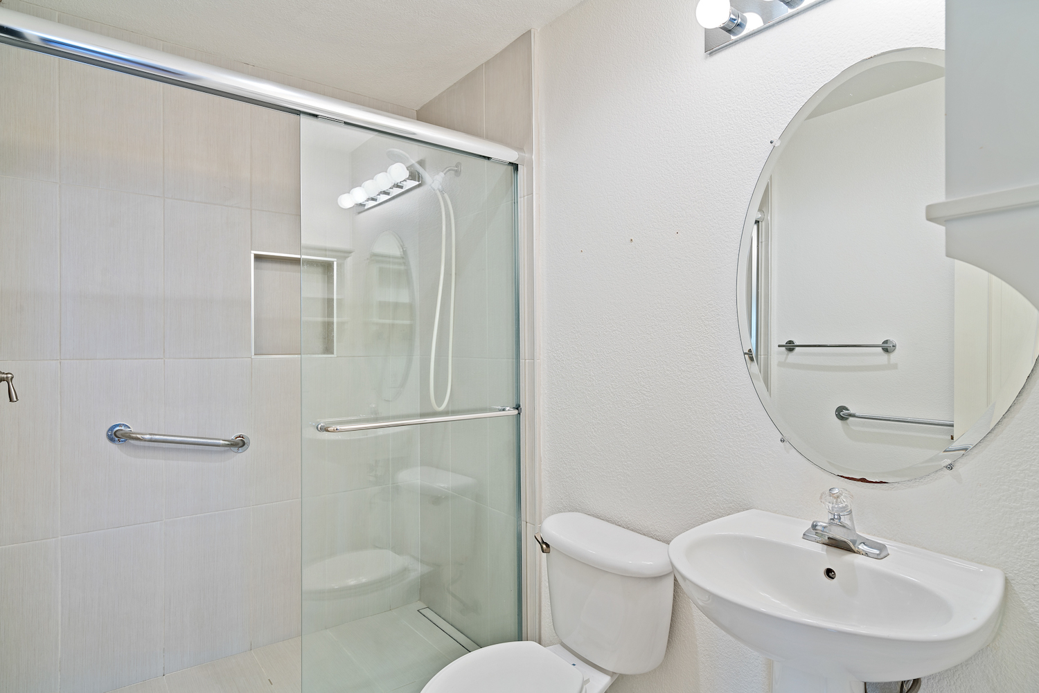 2241 glenview dr - downstairs den bathroom