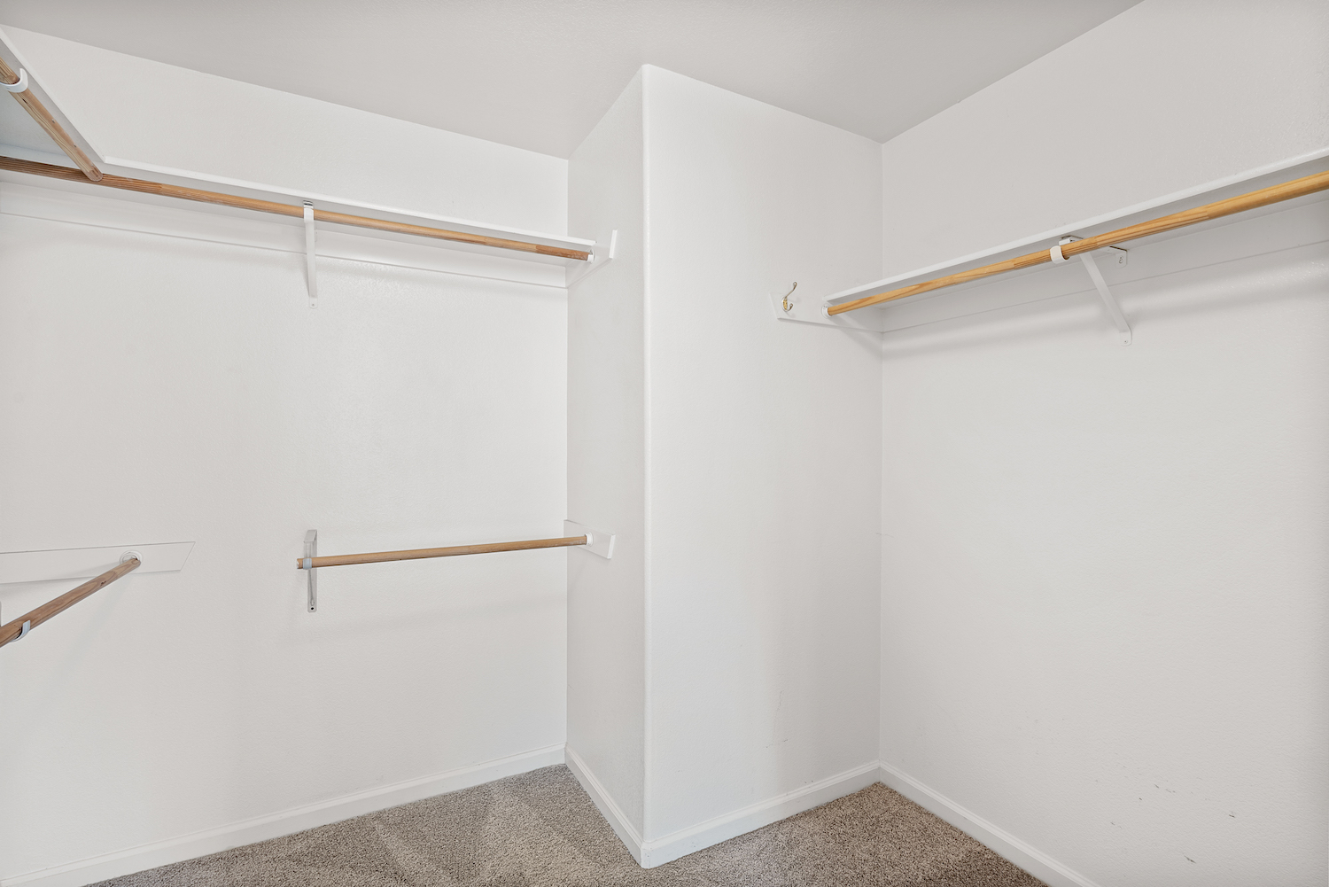 2241 glenview dr - walk-in closet