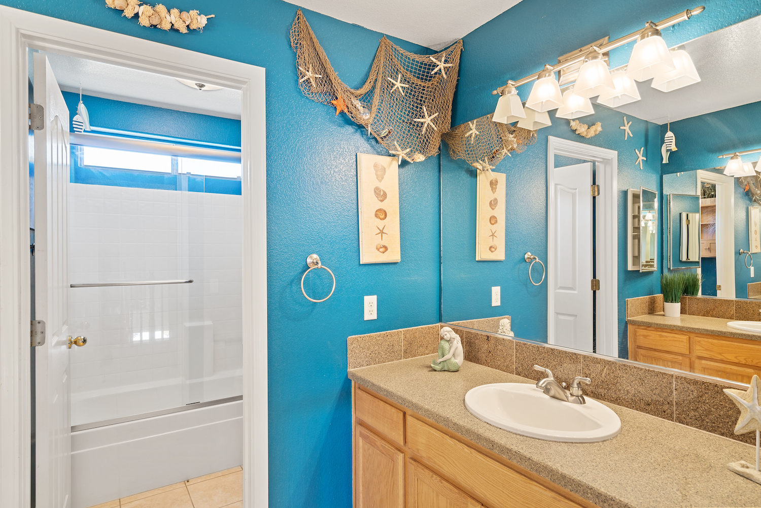 2241 glenview dr - upstairs bathroom