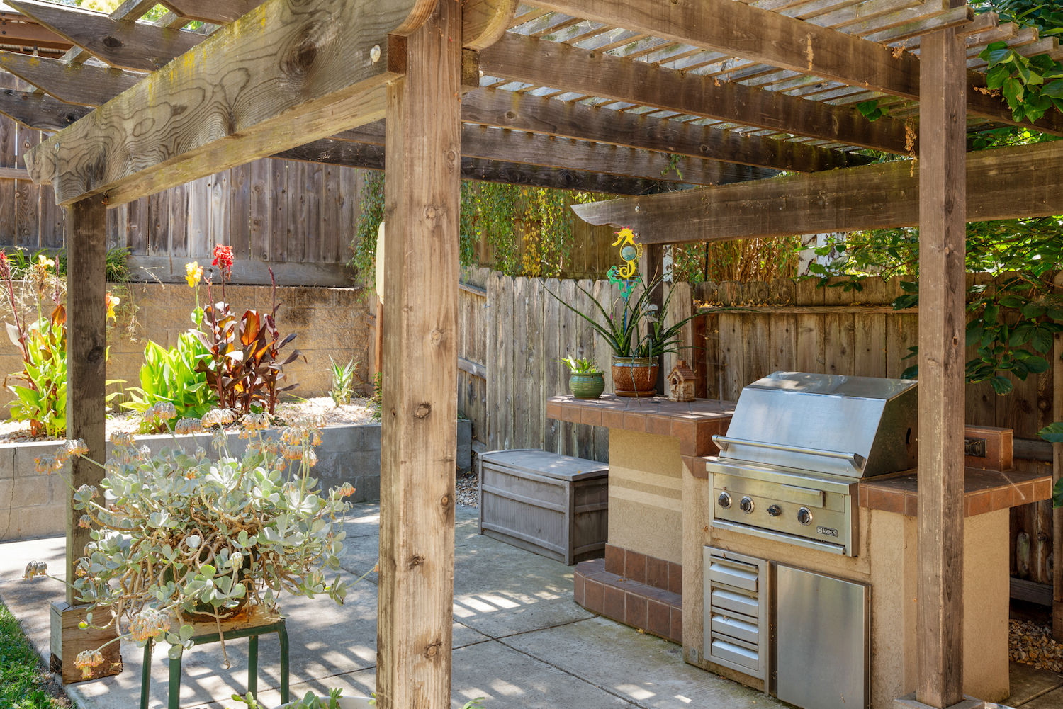 2241 glenview dr - outdoor grill