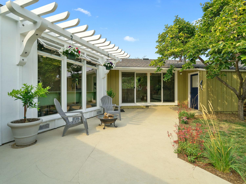 239 ross street santa cruz - outdoor seating in backyard