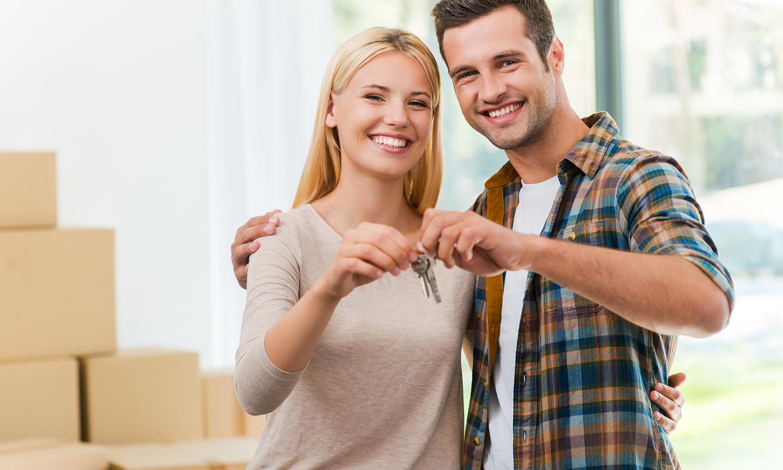 couple in Santa Fe holding keys to new home
