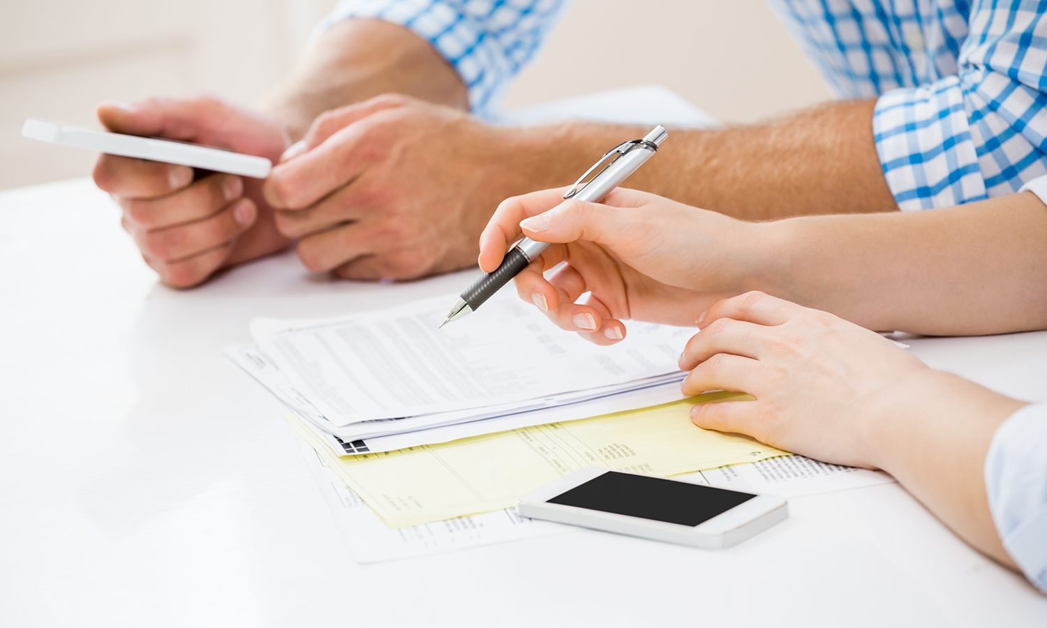 couple looking at alternatives to using their 401k to buy a house