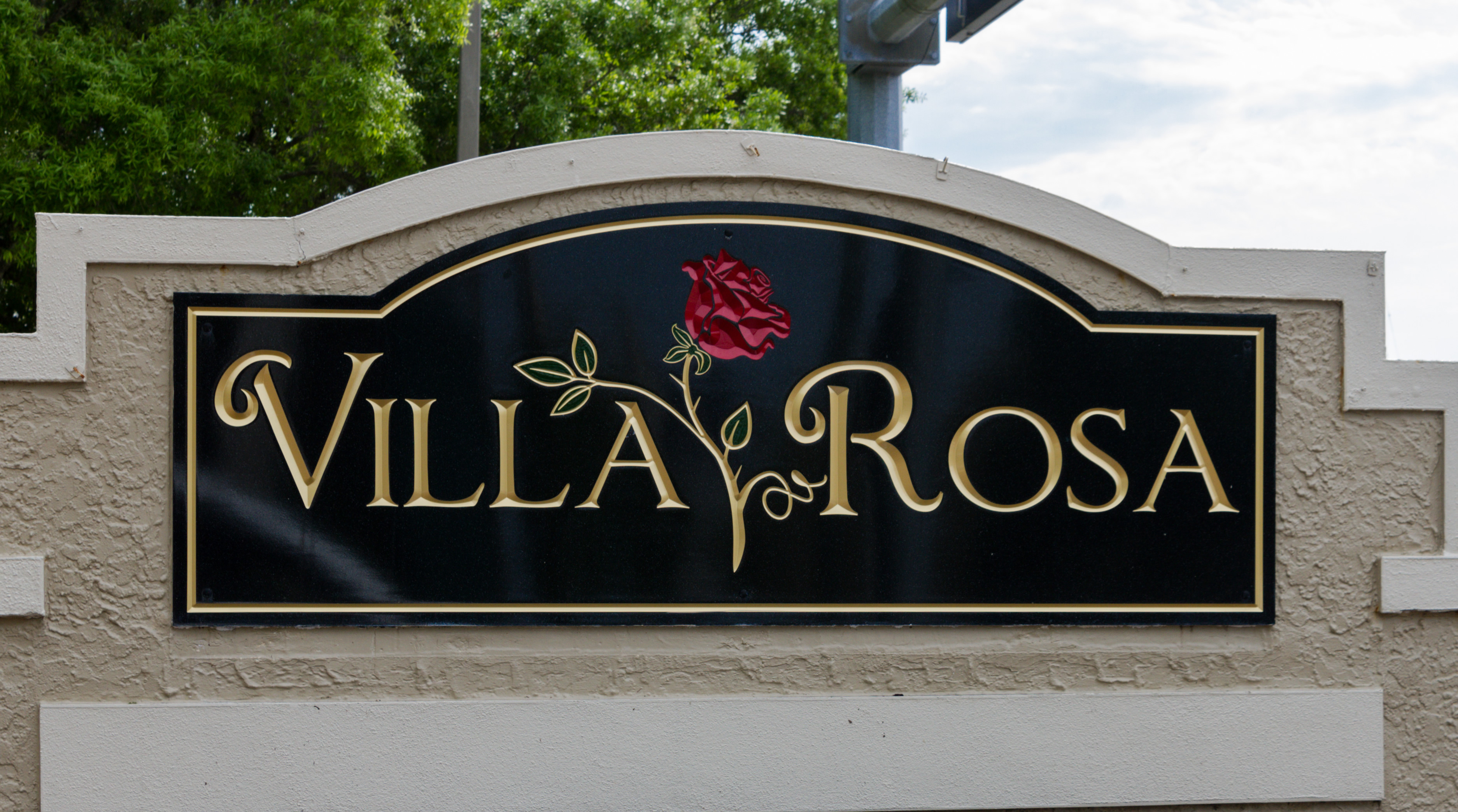 Villa Rosa Lutz entryway sign